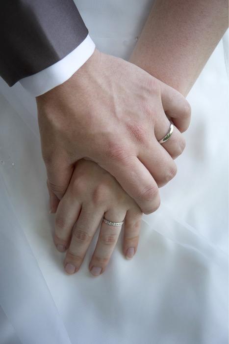 フリー写真 新婦の手を握る新婦の手