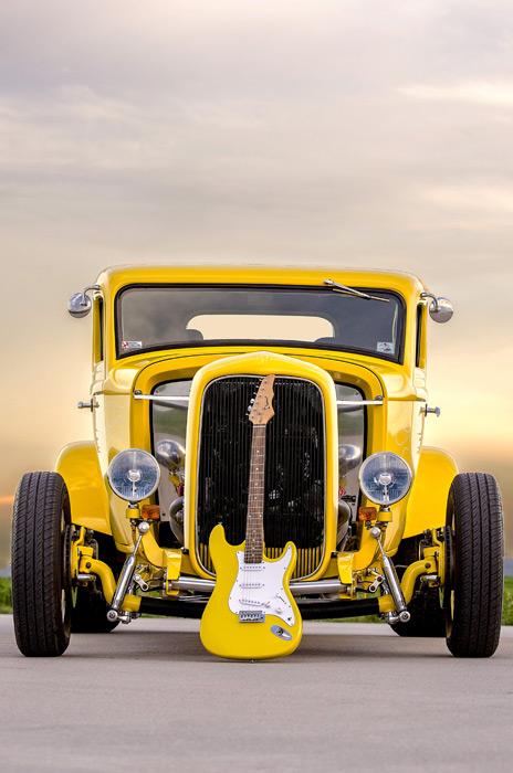 フリー写真 エレキギターと1932年式フォード・デュースクーペ