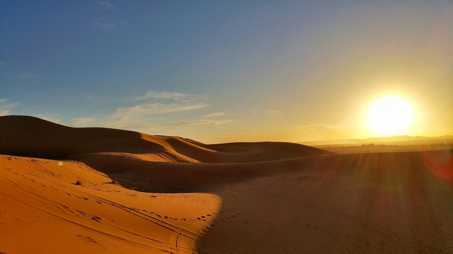 フリー写真 夕日とモロッコのサハラ砂漠