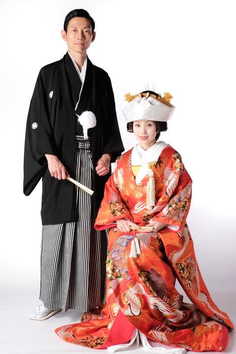 フリー写真 紋付羽織袴と着物姿の新郎新婦