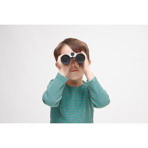 フリー写真, 人物, 子供, 男の子, 外国の男の子, 男の子(00073), 双眼鏡, 覗く