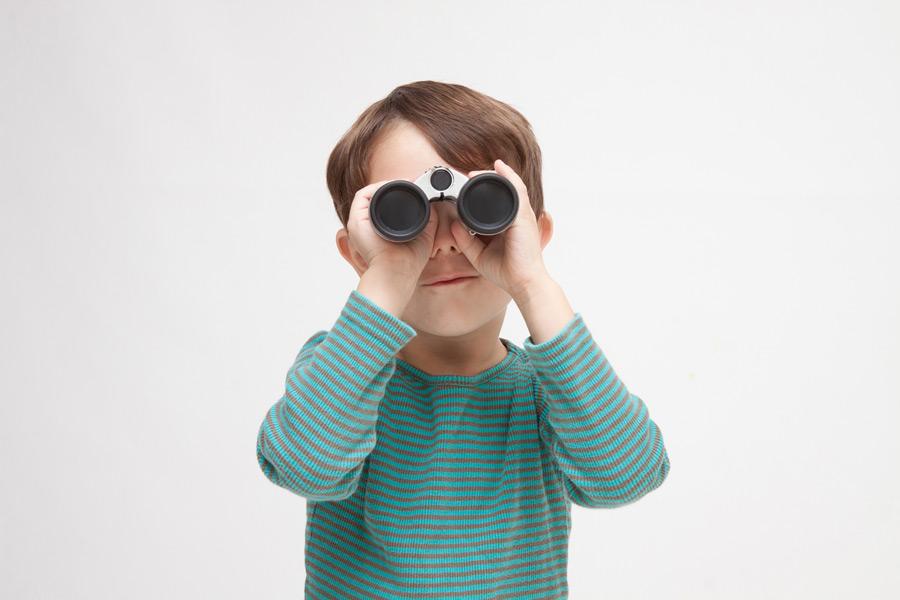 フリー写真 双眼鏡で覗く男の子