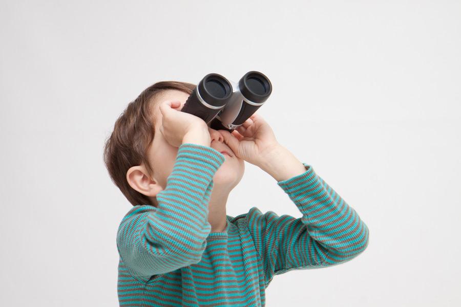フリー写真 双眼鏡で見上げている男の子