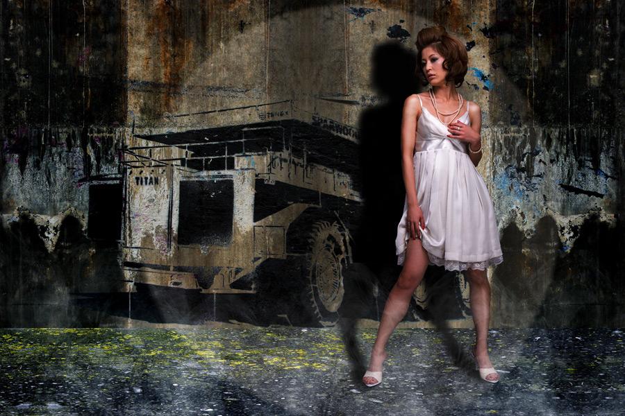 フリー写真 壁に書かれたダンプカーとドレス姿の女性