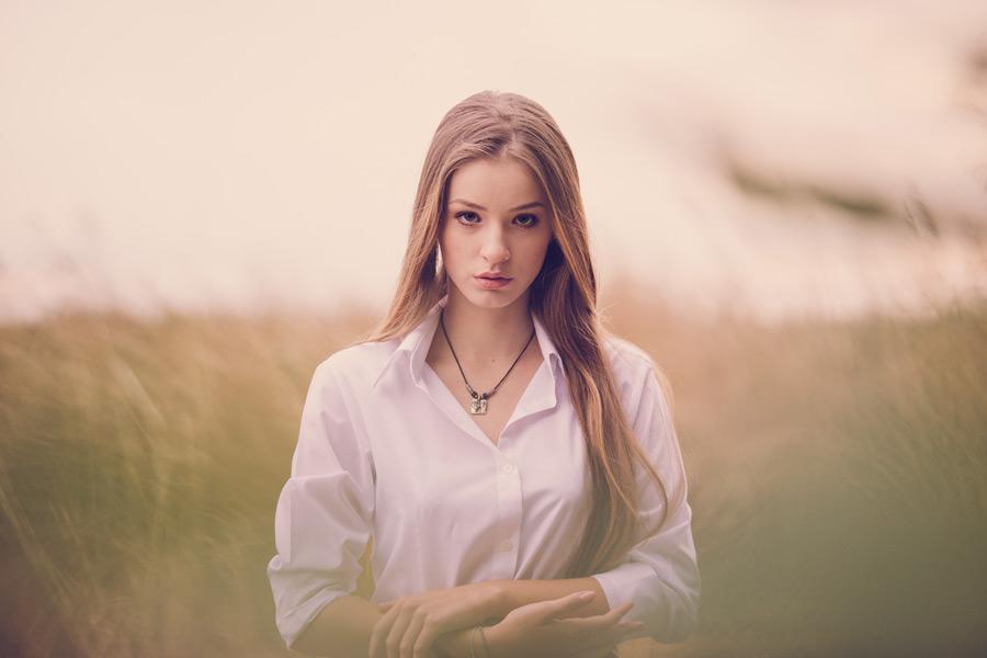 フリー写真 ブラウス姿のルーマニア人女性
