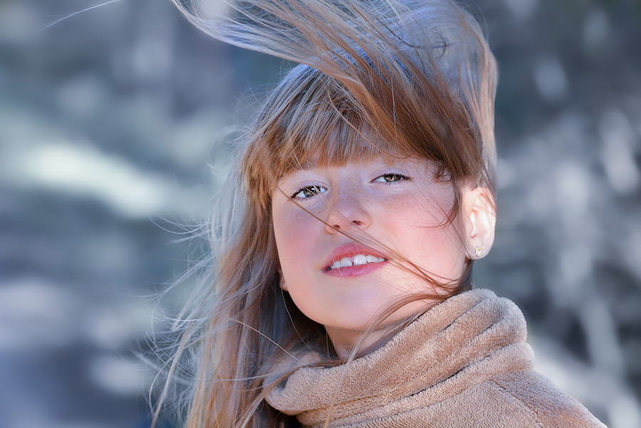 フリー写真 髪の毛が舞っている外国の女の子