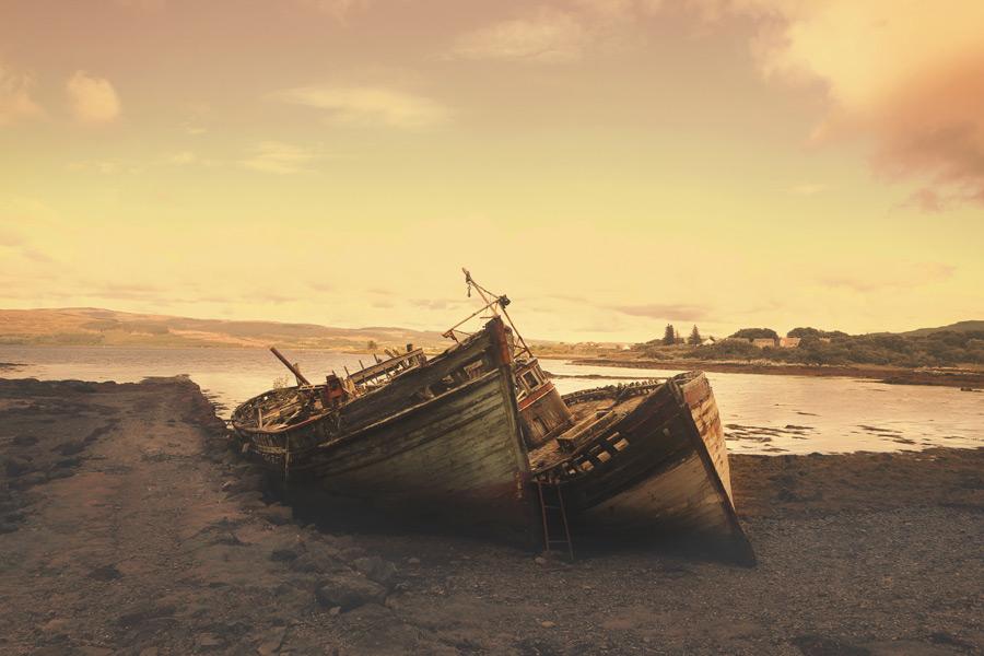 フリー写真 夕暮れと放置されたままの二艘の船
