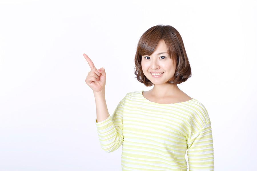 フリー写真 左上を指差す日本人女性
