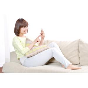 フリー写真, 人物, 女性, アジア人女性, 日本人, 女性(00086), 座る(ソファー), スマートフォン(スマホ), インターネット