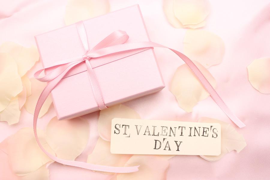 フリー写真 花びらとバレンタインギフト