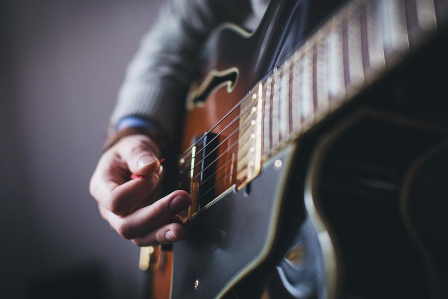フリー写真 ピックを持ってギターを演奏する手元