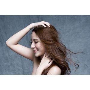 フリー写真, 人物, 女性, アジア人女性, 女性(00136), ベトナム人, 美容, 首に手を当てる, 髪をかき上げる, 髪がなびく