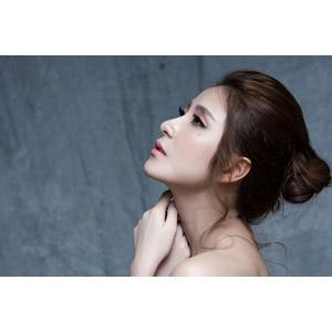 フリー写真, 人物, 女性, アジア人女性, 女性(00136), ベトナム人, 美容, 首に手を当てる, 見上げる(上を向く)