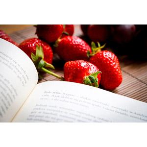 フリー写真, 食べ物(食料), 果物, 苺(イチゴ), 本(書籍)