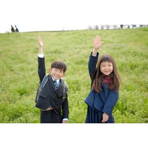 フリー写真, 人物, 子供, 女の子, アジアの女の子, 日本人, 女の子(00119), 学生(生徒), 小学生, 男の子, アジアの男の子, 男の子(00140), 手を上げる, 挙手, 学生服, 二人