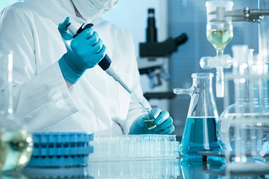 フリー写真 実験室で薬品を使って分析中の化学者