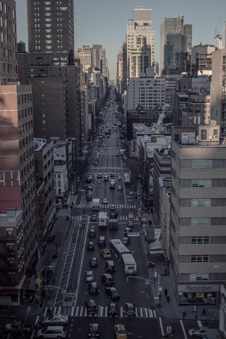 フリー写真 渋滞する道路とニューヨークの街並み
