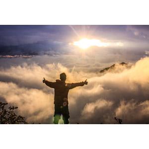 フリー写真, 風景, 山, 雲, 雲海, 朝日, 日の出, 太陽光(日光), 人と風景, 男性, 後ろ姿, サムズアップ, いいね(グッド)