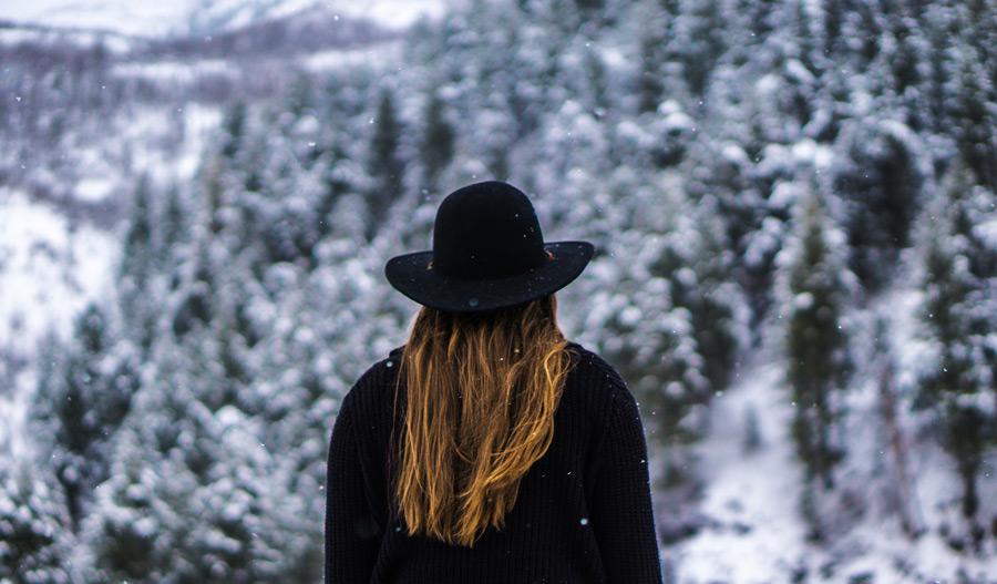 フリー写真 雪の中に立つ外国人女性の後ろ姿