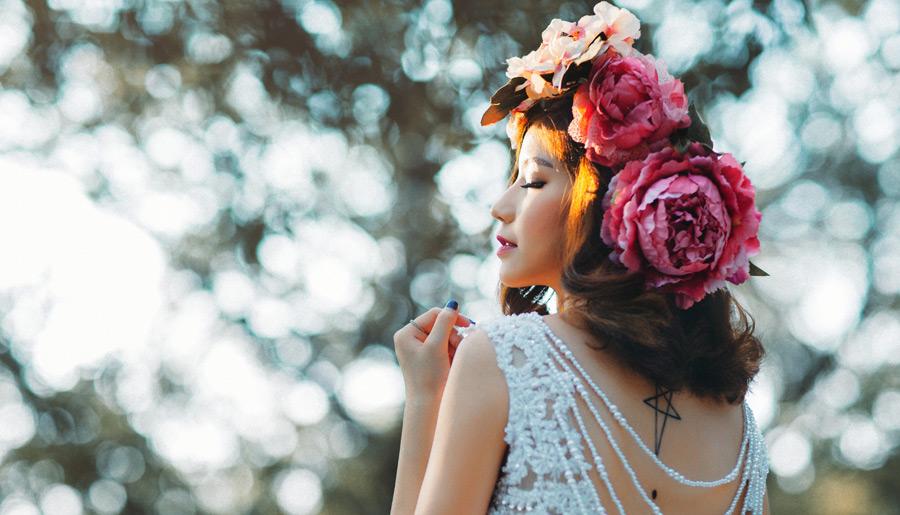 フリー写真 花冠を被って目を閉じるベトナム人女性