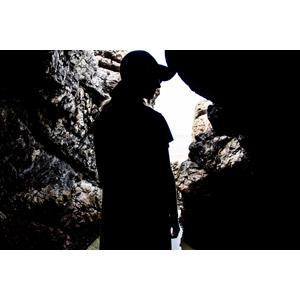 フリー写真, 人物, 女性, シルエット(人物), 帽子, 岩, 人と風景