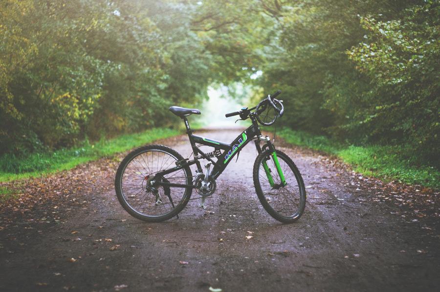 フリー写真 田舎道とマウンテンバイク