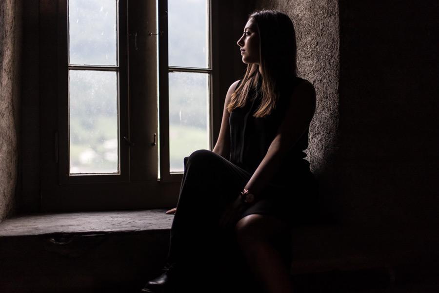 フリー写真 窓の外を眺める外国人女性