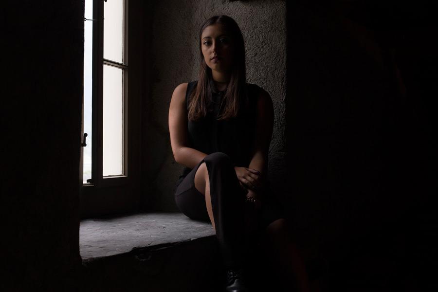 フリー写真 窓辺に座る外国人女性