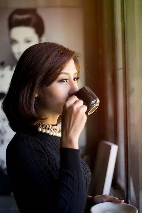 フリー写真 コーヒーを飲むアジア人女性