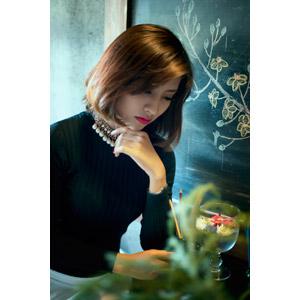 フリー写真, 人物, 女性, アジア人女性, Trịnh Linh(00143), 顎に指を当てる, 考える, 俯く(下を向く)