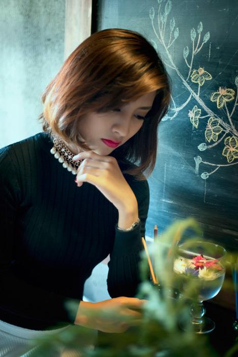 フリー写真 カフェで考え事をしているアジア女性