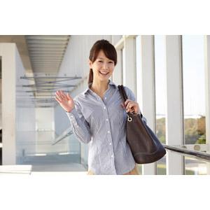 フリー写真, 人物, 女性, アジア人女性, 日本人, 女性(00025), 職業, 仕事, ビジネス, ビジネスウーマン, OL(オフィスレディ), ブラウス, 鞄(カバン), 手を振る, 挨拶