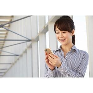フリー写真, 人物, 女性, アジア人女性, 日本人, 女性(00025), 職業, 仕事, ビジネス, ビジネスウーマン, OL(オフィスレディ), ブラウス, スマートフォン(スマホ)