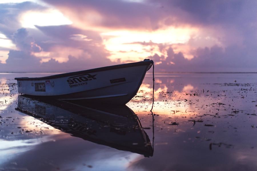 フリー写真 夕陽と停められたボートの風景