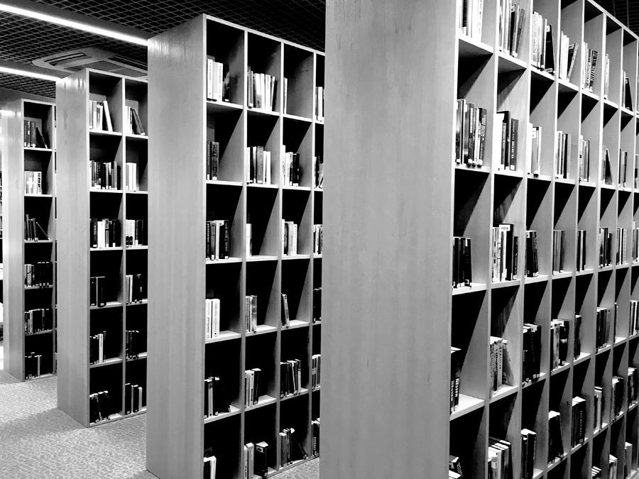 フリー写真 図書館の本棚の風景