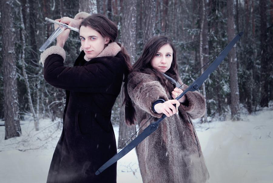 フリー写真 剣と弓矢を構える外国のカップル