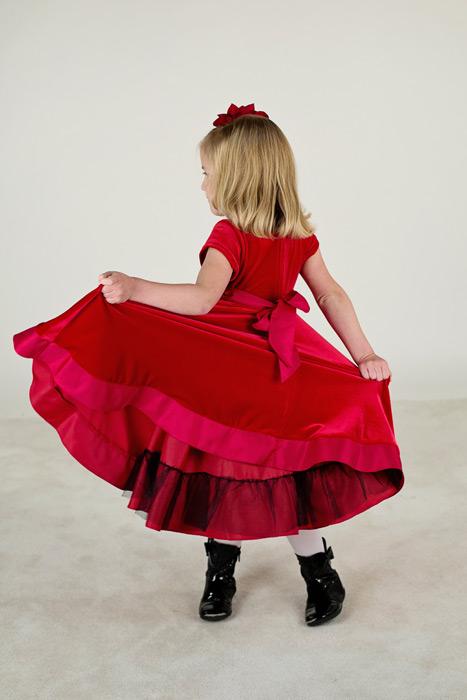 フリー写真 スカートの裾を広げる女の子の後ろ姿