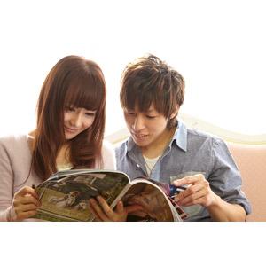 フリー写真, 人物, カップル, 恋人, 日本人, 男性(00028), 女性(00030), 雑誌, 読む(読書), 二人