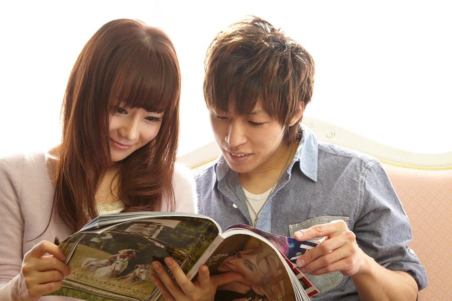 フリー写真 二人で雑誌を見ている日本人のカップル