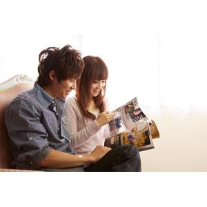 フリー写真, 人物, カップル, 恋人, 日本人, 男性(00028), 女性(00030), 雑誌, 読む(読書), 二人, 座る(ソファー)