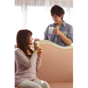 フリー写真, 人物, カップル, 恋人, 日本人, 男性(00028), 女性(00030), 飲む, マグカップ, 座る(ソファー)