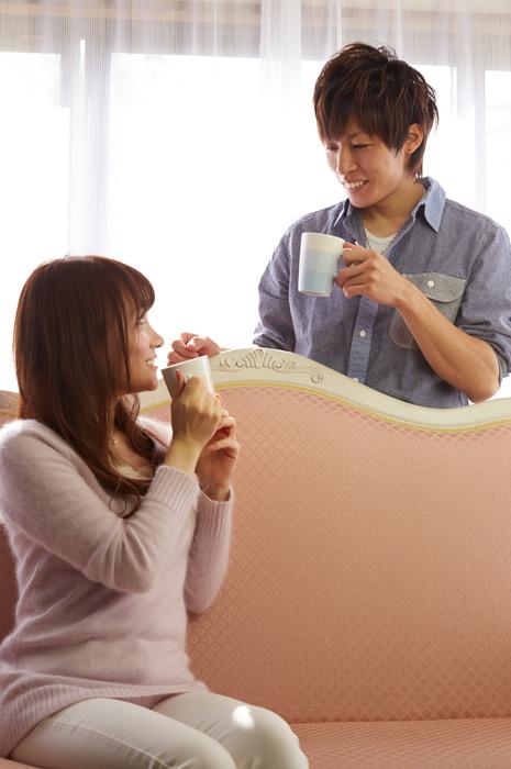 フリー写真 コーヒーを飲む日本人のカップル