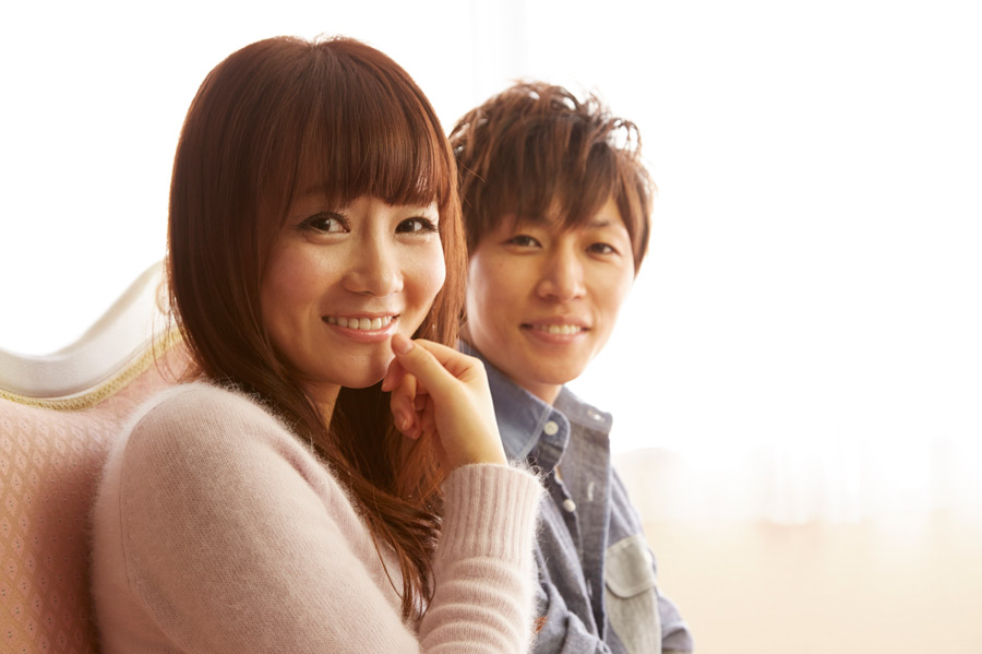 フリー写真 ソファーに座っている日本人のカップル