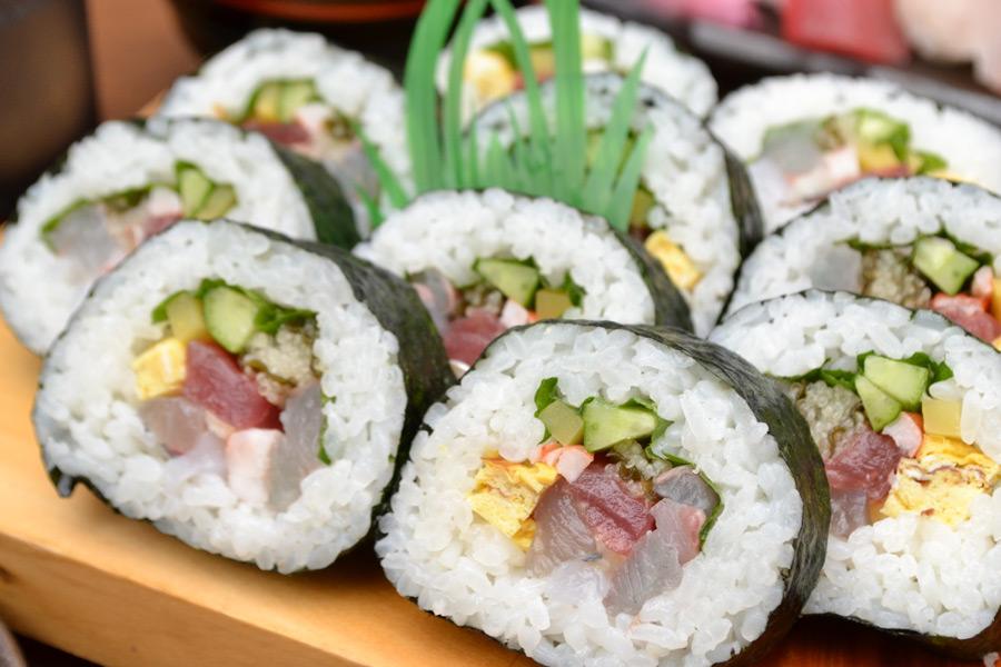 フリー写真 寿司下駄に盛られた太巻き寿司