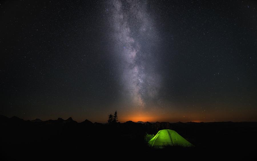 フリー写真 テントと天の川の風景