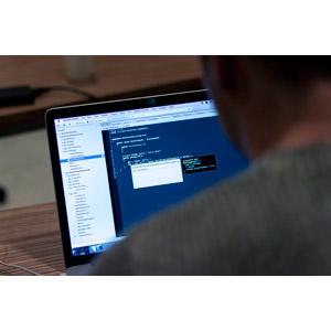 フリー写真, 人物, 仕事, 職業, プログラマー, 家電機器, パソコン(PC), ノートパソコン, デスクワーク