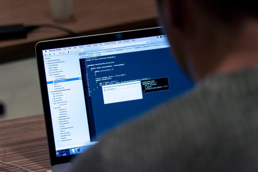 フリー写真 パソコンで仕事中のプログラマー