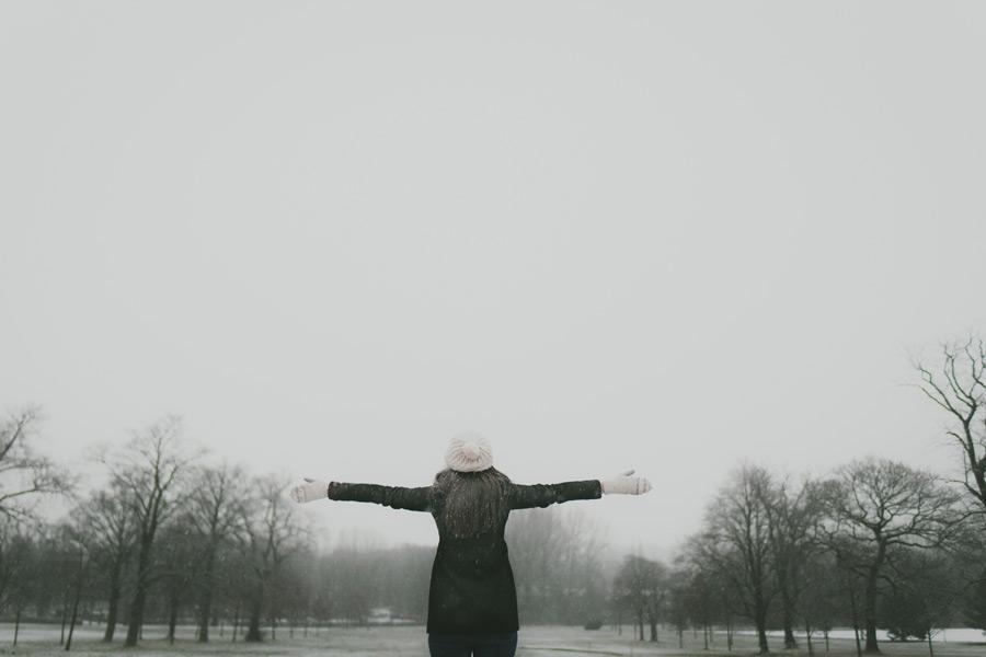 フリー写真 手を広げて雪に歓喜する女性の後ろ姿