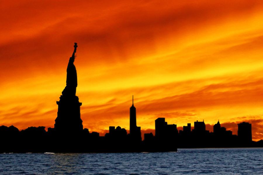フリー写真 夕焼けと自由の女神とニューヨークの街並み