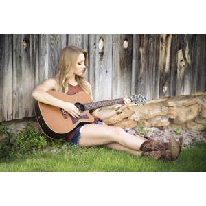 フリー写真, 人物, 女性, 外国人女性, 女性(00036), 音楽, 楽器, 弦楽器, ギター, アコースティックギター, 演奏する, 座る(地面), ブーツ